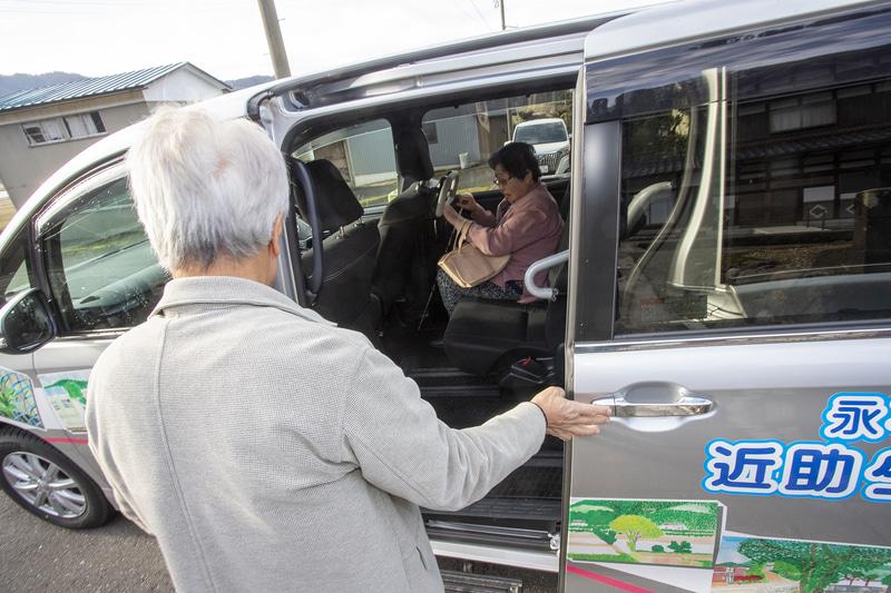 着席とシートベルト着用を確認後、ドアを閉めて出発