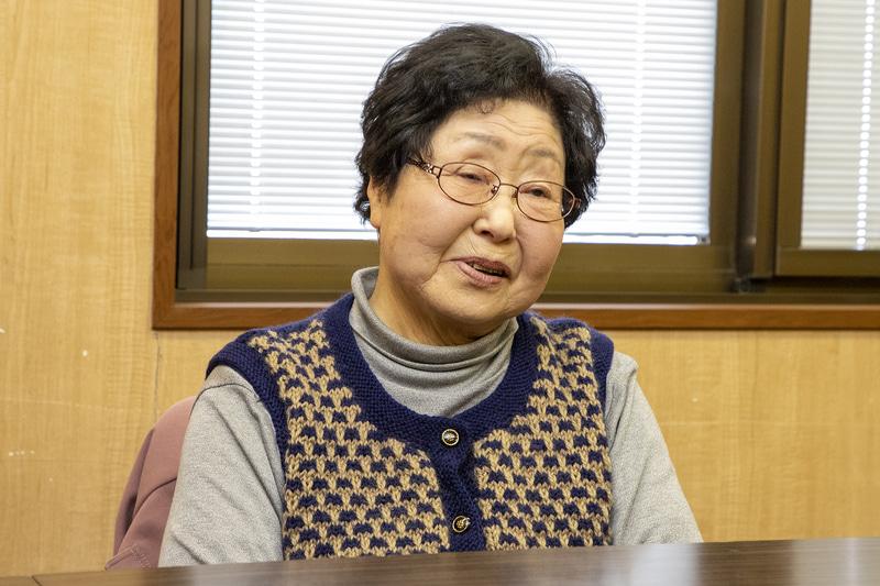 今川冨美子さん。バス停までそう遠くないが、足腰が弱ってしまったので歩くと3回は休んでいたという。近助タクシーは自宅前まで来てくれることが一番ありがたいと語っていた