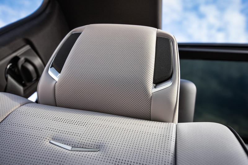 運転席と助手席にのヘッドレストにはスピーカーが内蔵