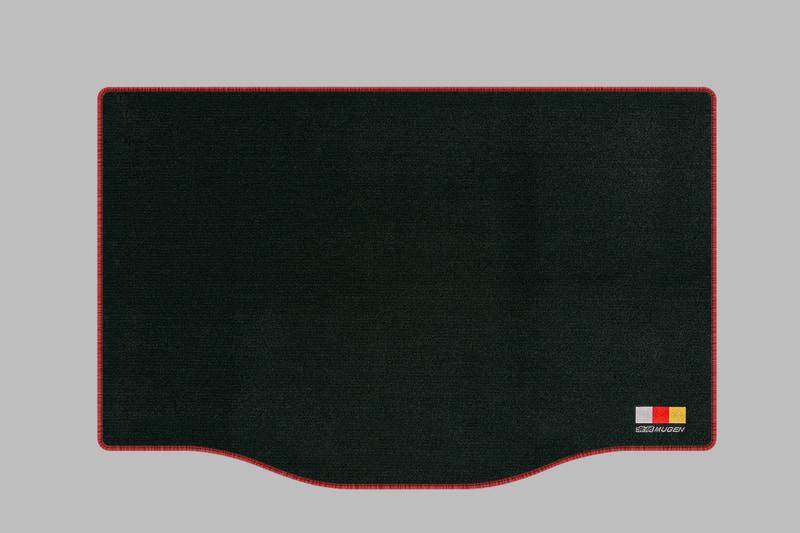 機能とデザインを両立したスポーツマット(2万3100円)と、ラゲッジルームフロアの汚れを抑止するラゲッジマット(9900円)。表地は耐久性に優れたナイロン素材、裏地にはフロアとマットのズレや滑りを防ぐ合成ゴム素材を採用。また、運転席には磨耗を抑止するヒールパッドを採用。フロント、リア4ヶ所に無限ロゴを刺繍。カラーはレッドのエッジとヒールパッドを採用した「ブラック×レッド」と「ブラック」を設定