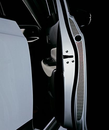 ドアリフレクションフィルム(単体価格:1万6500円)は、反射効果を持つフィルムを採用していて、ドア開口部に貼り付けることで夜間のドア開閉時、後続車のライト等を反射し存在を知らせることが可能。反射部を無限ロゴとすることでファッション性にも優れたデザインとなる