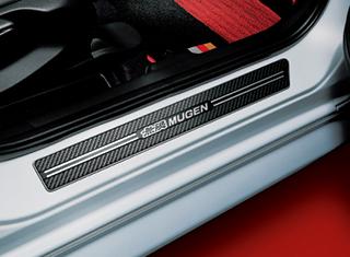 スカッフプレート(単体価格:1万5400円)も、降車時に足が当たることで付いてしまう汚れやキズを防ぐだけでなく、カーボン調デザインとすることで、インテリアにスポーティな雰囲気を演出してくれる