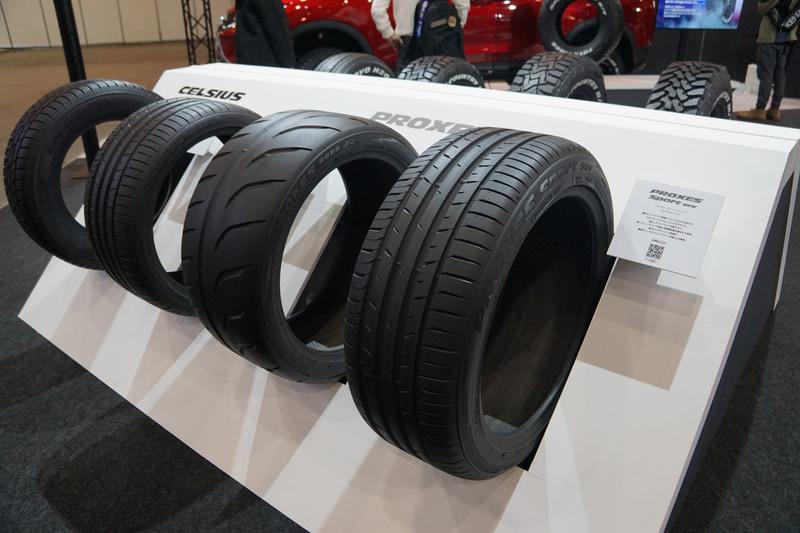 ホワイトレタータイヤのラインアップやそのほかのタイヤラインアップを展示