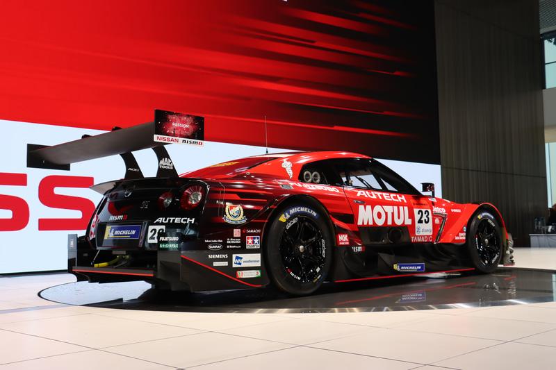 SUPER GTとDTMが共同策定した「クラス1」規則に準拠するまったく新しいマシン。安定して高いダウンフォースを発生させる「新空力デザイン」、エンジン出力の向上とパワーカーブの最適化を目標に開発された新エンジン「NR20B」型を搭載。スポンサー各社のロゴなどもしっかりと配置されている