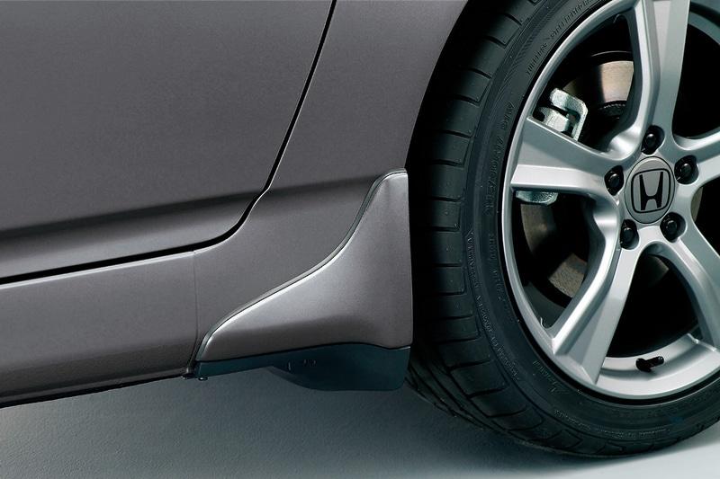 リアタイヤ前方の側面とフロア下に装着する「リアストレーキ」(3万3000円)