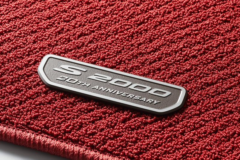 前後2分割で4枚セットとなる「フロアカーペットマット」(3万800円)。運転席側と助手席側のそれぞれに20周年記念ロゴを使ったプレートを装着する