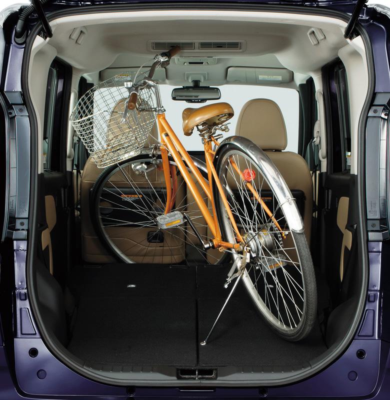 ラゲッジスペースの床面の長さは675mmと広いスペースを確保したことで、48Lのスーツケースを同時に4個積載できる