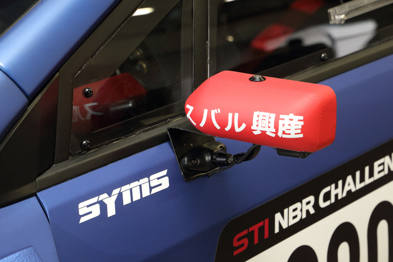 ドアミラーには新たにスポンサーロゴが追加され、「サメ肌塗装」が外周部分のみに変更された