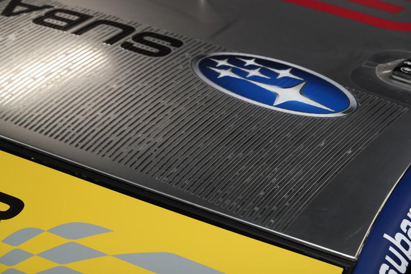 ルーフ前方に細いライン状のサメ肌塗装が追加された。ルーフがシルバー塗装となっているのは、キャビン内の温度上昇を少しでも抑えるため