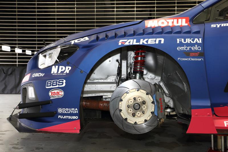 フロントブレーキではブレーキパッドの摩材を薄型化。両側で約650gの軽量化を果たしている