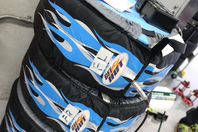 2020年もファルケンタイヤを装着してニュルブルクリンク24時間レースに挑む。当日は雨上がりで気温も低かったが、タイヤウォーマーで温められた低温度帯対応の新型スリックタイヤでシェイクダウン走行が行なわれた
