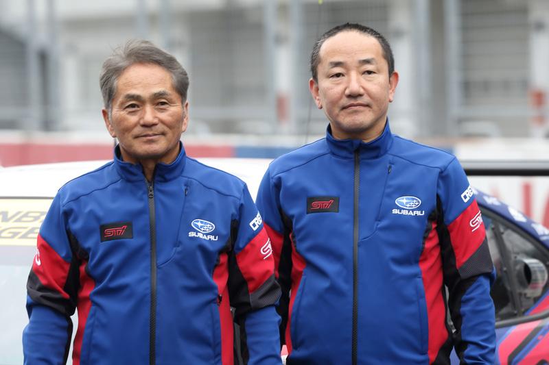 ニュルブルクリンク24時間レースのチーム総監督を務める辰己英治氏(左)、チーム運営監督の沢田拓也氏(右)