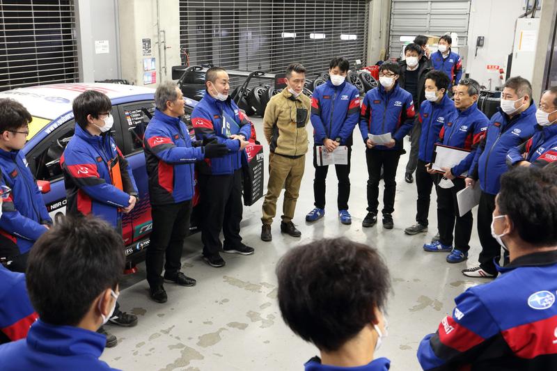 テスト走行の合間には、かつて辰己総監督とコンビを組んでレース参戦したこともあるモータージャーナリストの桂伸一氏が、2016年仕様のSUBARU WRX STIでコース走行するシーンもあった