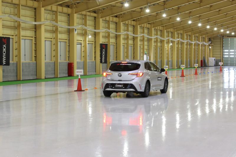 氷盤路でのブレーキで性能の劣化具合を比較する