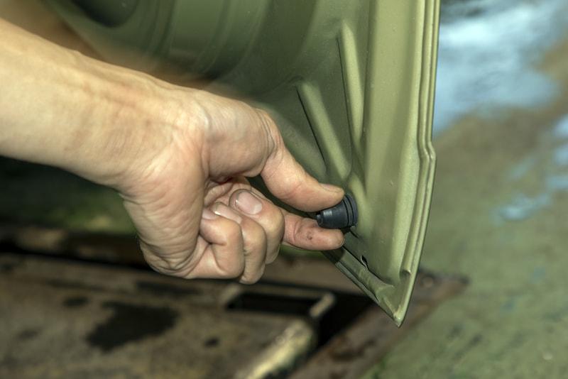 ドアの内側下にあるゴムストッパー。これはドアにねじ込んであるので、突き出し量を変えることでドアを閉めた際の位置を変えられる
