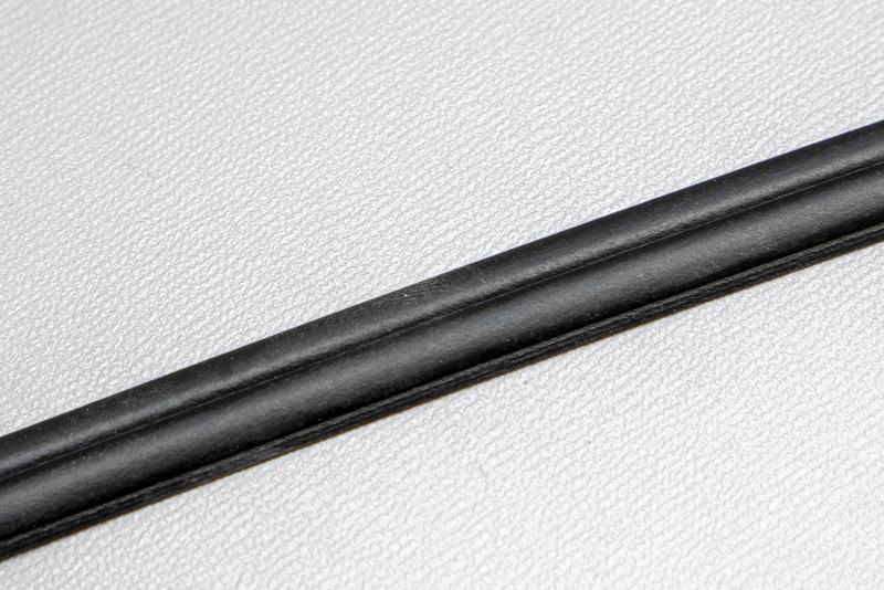 風切り音防止テープは純正品のウェザーストリップと似たような素材