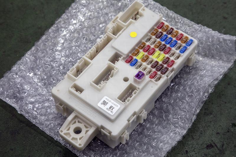 これが交換するヒューズボックス。内部にある後退灯制御リレーに不具合があるそうだ。リレーのみではなくヒューズボックスごと交換する