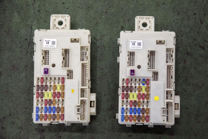 取り外したヒューズボックス(左)と対策品のヒューズボックス(右)。見た目には大きな違いがない