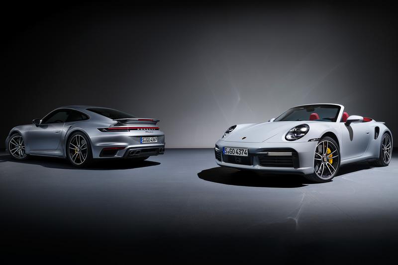 新型「911 ターボ S」のクーペ(左)とカブリオレ(右)
