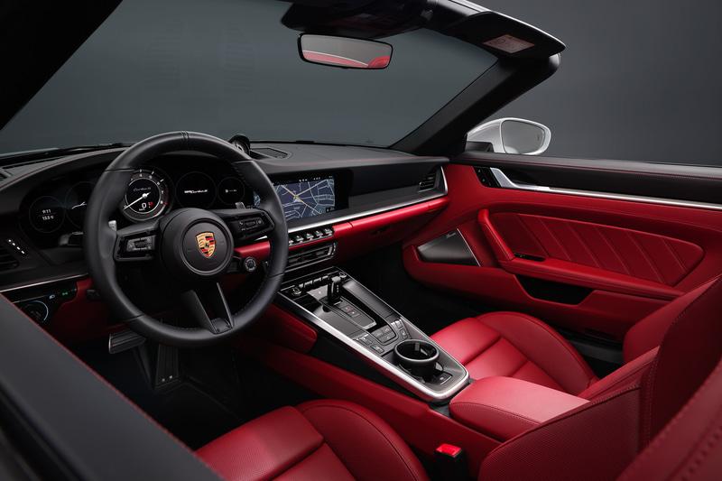 スポーティな高級感を演出するフルレザーインテリアなどを採用。18ウェイスポーツシートには、911シリーズ初のターボモデル「タイプ 930」に敬意を表するステッチも施される
