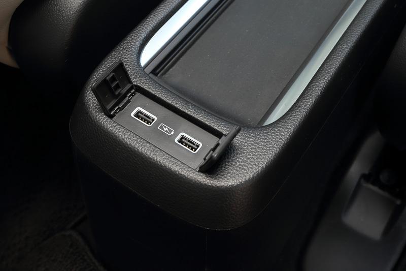 運転席と助手席の間には、後部席用のUSBポートを2つ配備