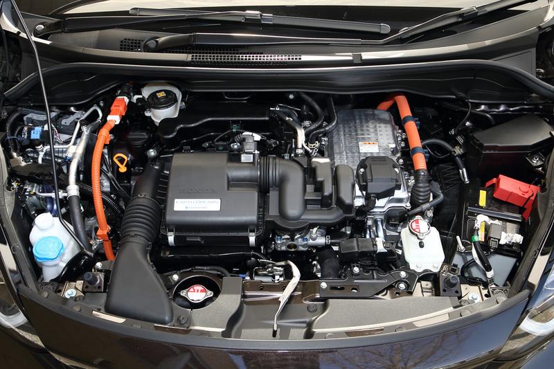 インサイトなどに搭載される「H4」型モーターを小型化した新開発「H5」型モーターと、アトキンソンサイクルや電動VTCなどの採用によって高い熱効率を誇る直列4気筒DOHC 1.5リッターエンジン(LEB型)が組み合わされ、モーターでは最高出力80kW(109PS)/3500-8000rpm、最大トルク253Nm(25.8kgm)/0-3000rpm、エンジンでは最高出力72kW(98PS)/5600-6400rpm、最大トルク127Nm(13.0kgm)/4500-5000rpmを発生する。パーキングブレーキは電動化されている
