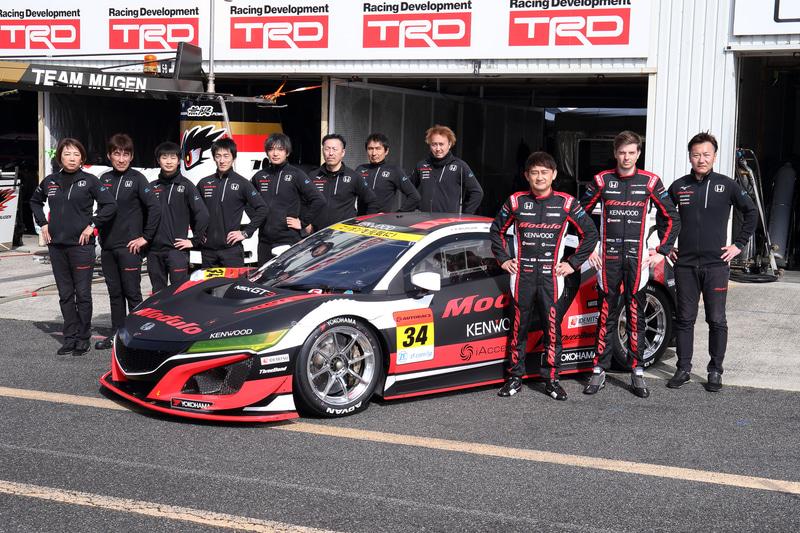 34号車 Modulo KENWOOD NSX GT3とチームスタッフの集合写真。ドライバーは道上龍選手とジェイク・パーソンズ選手が起用されている
