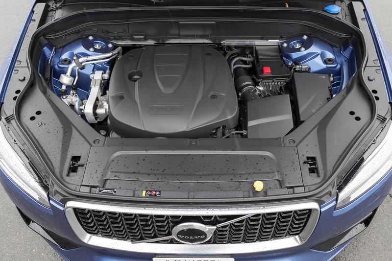 最高出力173kW(235PS)/4000rpm、最大トルク480Nm(48.9kgfm)/1750-2250rpmを発生する直列4気筒DOHC 2.0リッター直噴ターボディーゼル「D4204T」型エンジンを搭載し、トランスミッションに8速ATを組み合わせる。駆動方式は4WD