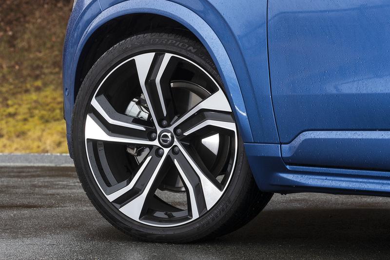 R-Design専用となるフロントグリルやフロント/リアバンパーを装着するほか、ドアミラーカバーやルーフレールなどにグロッシーブラックの専用アイテムを採用。アルミホイールも5ダブルスポーク(ダイヤモンドカット/ブラック)の専用デザイン。組み合わせるタイヤはピレリ製「SCORPION VERDE」(275/35R22)