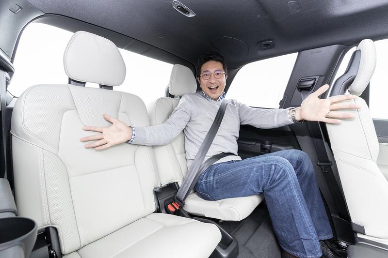 新色「ブロンド」のファインナッパレザー/パーフォレーテッドレザー・コンビネーションシートで車内は上質な印象に。シートの3列目に座っても、膝まわりには多少の余裕がある