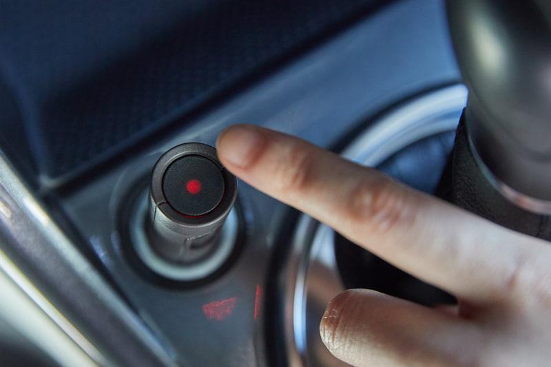 事故などの際には専用デバイスの緊急ボタンを押すことで、アプリからソニー損保に緊急連絡することができる