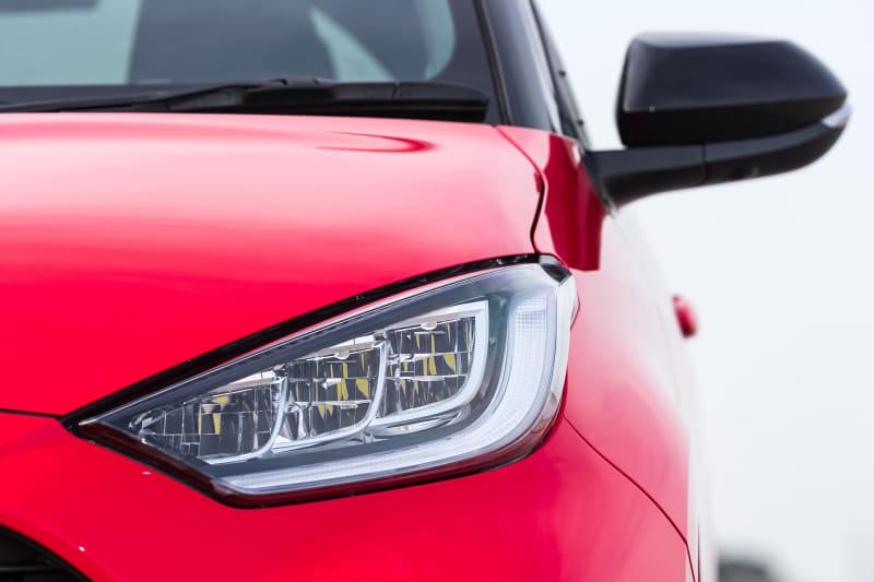 ヤリスのフロントまわり。ヘッドライトはGグレードではオプションとなる3灯式フルLEDヘッドライト+LEDターンランプ+LEDクリアランスランプを装着