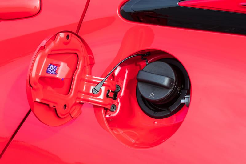 撮影車の足下はオプションの15インチアルミホイールにダンロップ「エナセーブ EC300+」(185/60R15)の組み合わせ。ヤリスではガソリン、ハイブリッド含め全モデルでレギュラーガソリン仕様になる