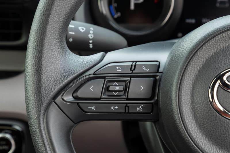 ステアリング径はφ365mmと小径。スポーク部左側にオーディオ関係などの操作スイッチ、右側にACC関係の操作スイッチが備わる