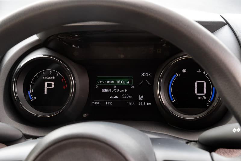 インテリアは「スポルテック・コクーン」をキーワードとし、「楽しく操る機能部品」と「心地よい素材感に包まれた空間」を対比させたデザインを採用。インパネの高さを抑えて横長にしたことで、上級クラスの車内のようにワイドな空間を表現したという。X系グレード以外はデジタルメーターを採用