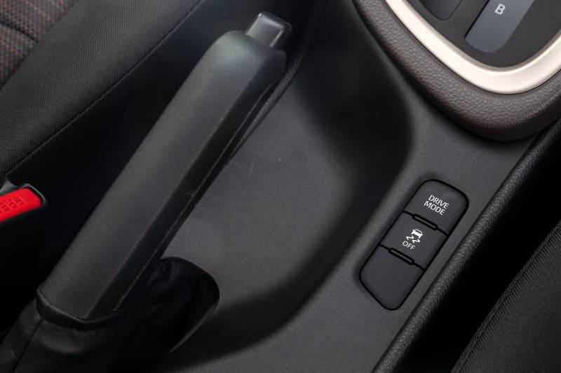 シフトノブの下側にドライブモードを切り替えるスイッチを設定