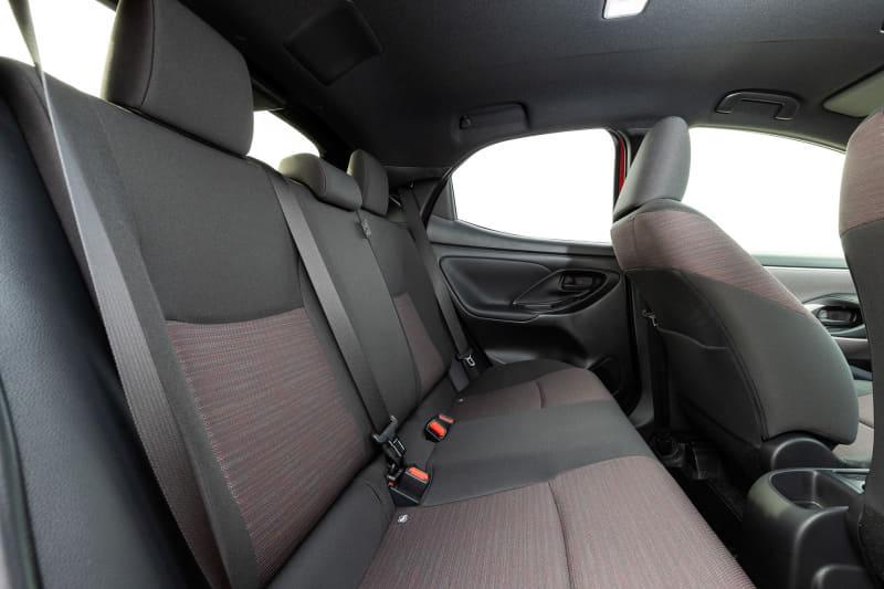 Gグレードのファブリックシート。助手席下には小物類を収納できるアンダートレイが用意される