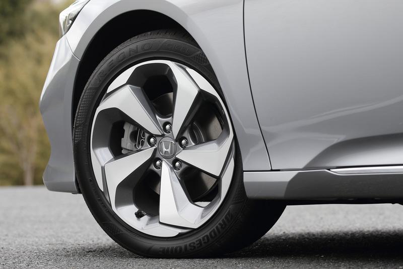 内部に消音機構を内蔵する切削スポークの18インチアルミホイールを採用。タイヤサイズは前後とも235/45R18。後部席における打振感に関しては、タイヤチョイスで変化するかもしれない
