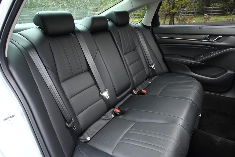 ホイールベースが延長されたことで、後部席の膝前にも余裕のある広々とした空間が確保される