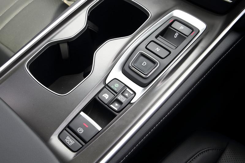 車輪速信号、前後左右の加速度、ステアリングの舵角といったセンシング情報を用いて、電子制御によって適切な減衰力制御を可能としたホンダ独自の「アダプティブ・ダンパー・システム」とも連動する走行モードの切り替えはセンターコンソールに配置される