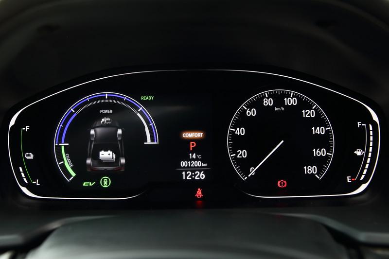 フルカラー液晶メーターの右側はスピードメーター、左側は車両の情報などを表示させるマルチインフォメーション・ディスプレーとなる