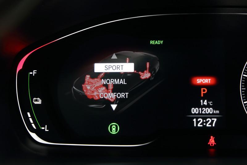 スポーツモードでは、サスペンションだけでなくエンジン出力特性にも介入するのでエンジンも赤色に光る