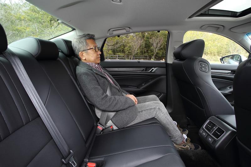 普段はほとんどステアリングを握っているが、今回は編集者に運転してもらいリアシートの乗り心地もチェックしてみた
