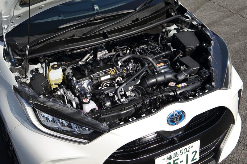 ハイブリッドモデルは直列3気筒1.5リッター「M15A-FXE」型エンジン(最高出力67kW[91PS]/5500rpm、最大トルク120Nm[12.2kgfm]/3800-4800rpm)にモーターの組み合わせ