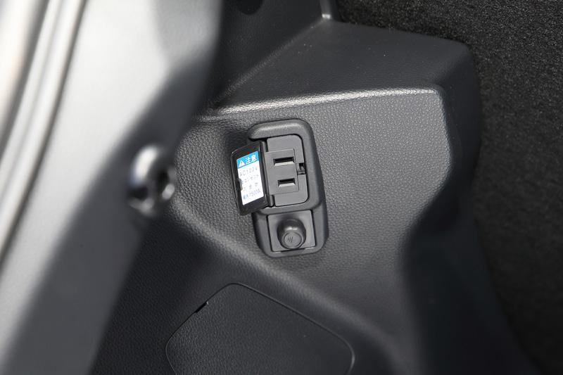HYBRID Zのインテリア。内装色はクレアトープで、シート表皮はオプション設定の「合成皮革+ツィード調ファブリック」