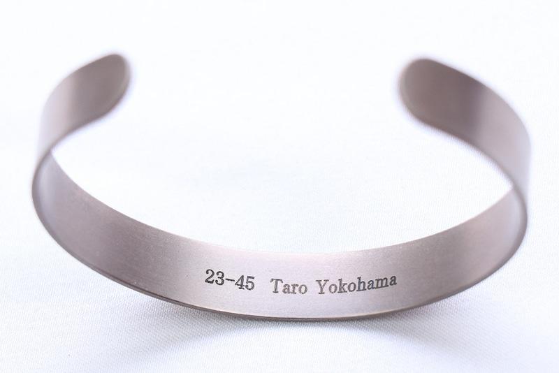 背面に任意の数字やアルファベットをレーザー刻印する「名入れサービス」(税別3000円)も用意する
