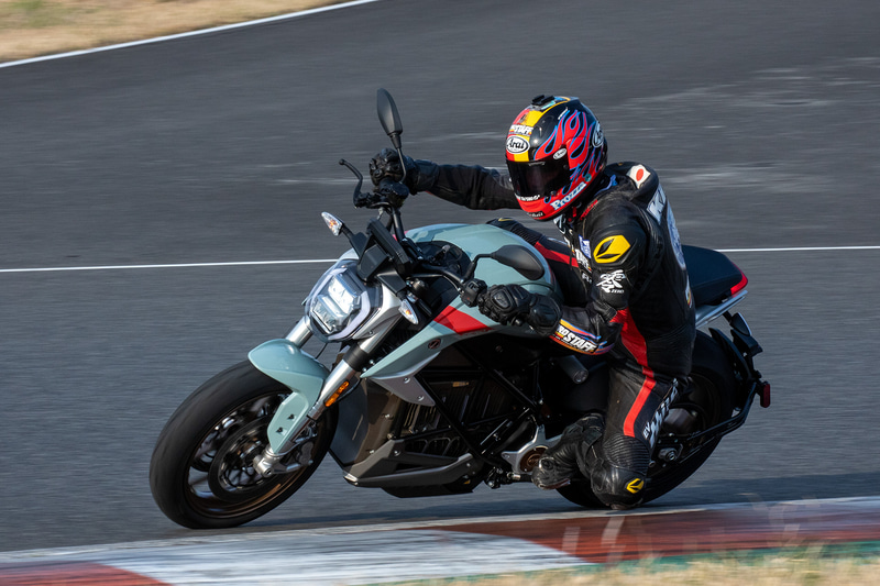 サーキットを走行するZero MotorCycles「SR/F」