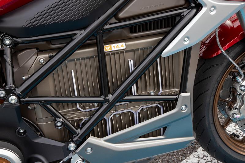 SR/FのバッテリーはZero MotorCyclesオリジナルのZF14.4というリチウムイオンバッテリーとなる。普通のバイクではエンジンが収まる部分に装着。スリムな設計なので車体幅もスリム