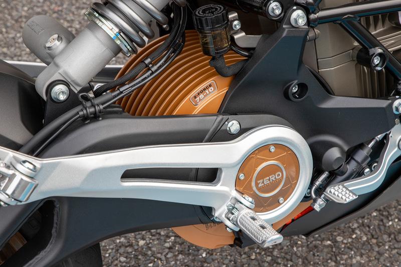 モーターもオリジナル。ZF75-10というモデルで最大出力は82kW(110PS)/5000rpm、最大トルクは190Nm(19.37kgfm)となっている