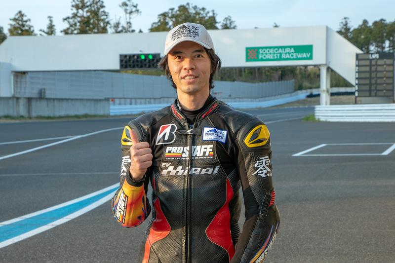 日本を代表する電動バイクライダーでもある岸本氏。国内ロードレースに参戦していたが「面白い乗り物を作りたい、乗りたい」という気持ちから電動バイクの世界に参入。その後、マン島TTやPPHCへの挑戦を行なっている。そうした挑戦を通じて海外の電動バイク業界ともつながりがある